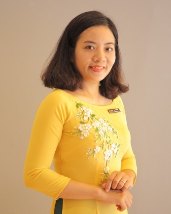 A person in a yellow shirt Description automatically generated